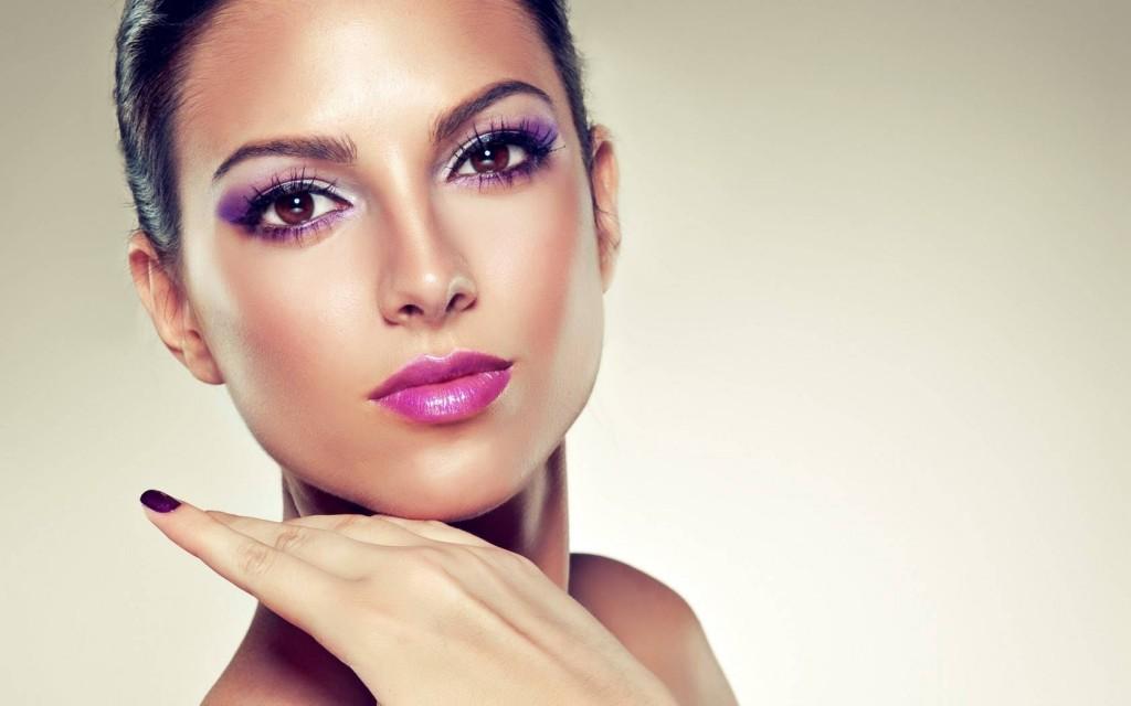 Konturowanie twarzy pudrem Shiseido Face Color Enhancing Trio